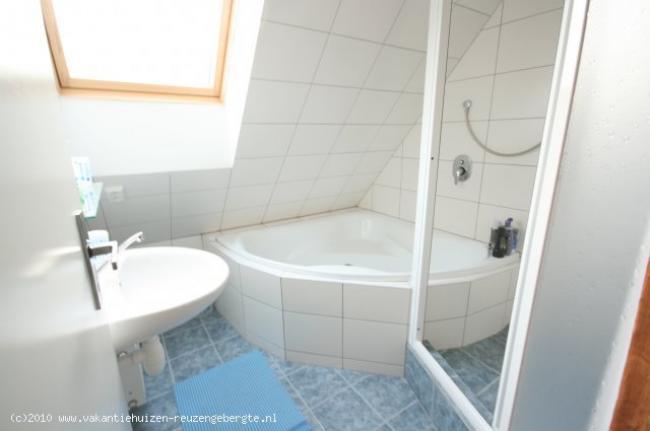Badkamer met hoekbad