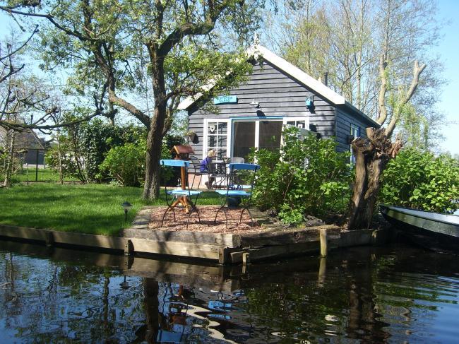 Het huisje staat op een echt eiland.