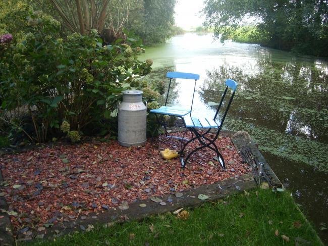 Een terras aan het water.