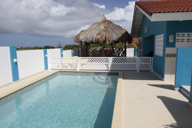 Het zwembad kan afgescheiden worden van het terras