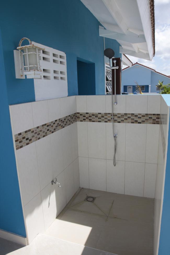 Buitendouche aangesloten op de deepwell; dus gratis water!
