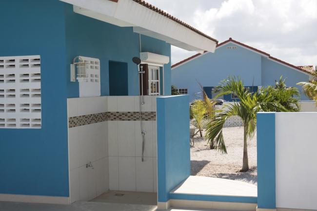 Naast het huis de buitendouche, aangesloten op de deepwell voor gratis water!