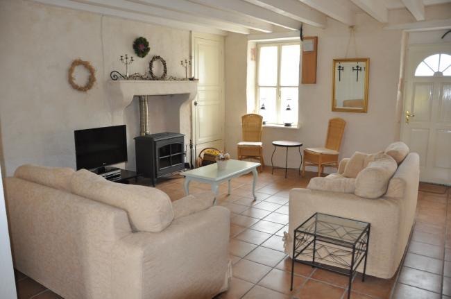 Sfeervolle woonkamer met flatscreen aangesloten op schotel
