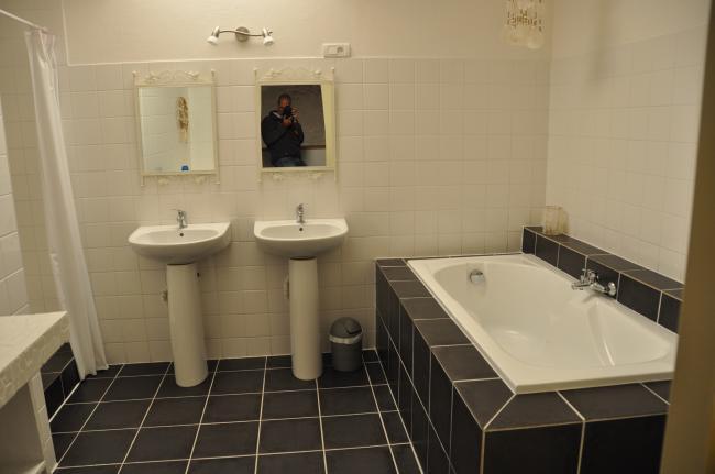 Badkamer met ligbad en apparte douchehoek