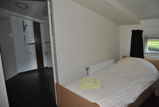 Zonder beperking accommodatie - Slaapkamer met doucheruimte ...