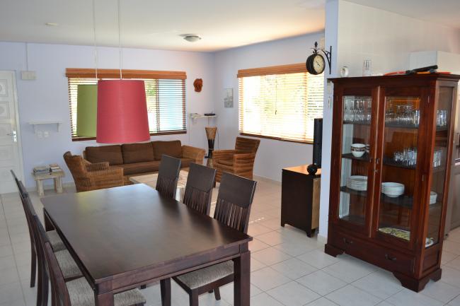 Ruime huiskamer met zithoek en eethoek
