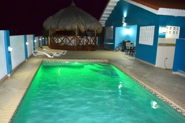 Ook in de avonden genieten van het verlichte zwembad