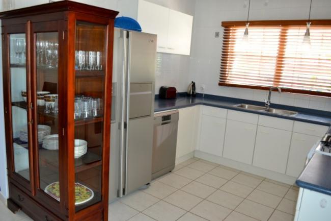 Na de servieskast, een dubbelbeurs koelkast, vaatwasmachine, broodrooster, warmwaterboiler, etc.