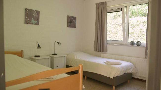 Slaapkamer met h/l bed
