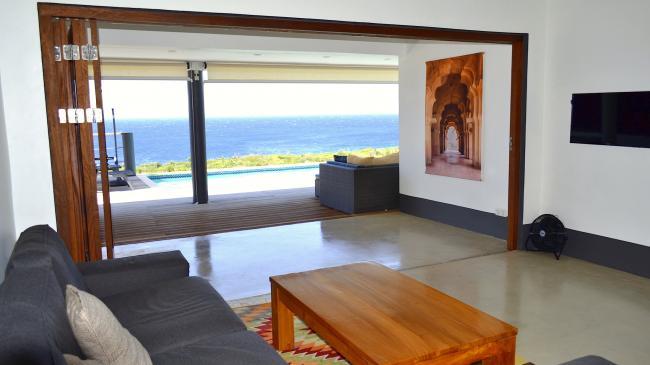 Vanuit de woonkamer uitzicht over de oceaan
