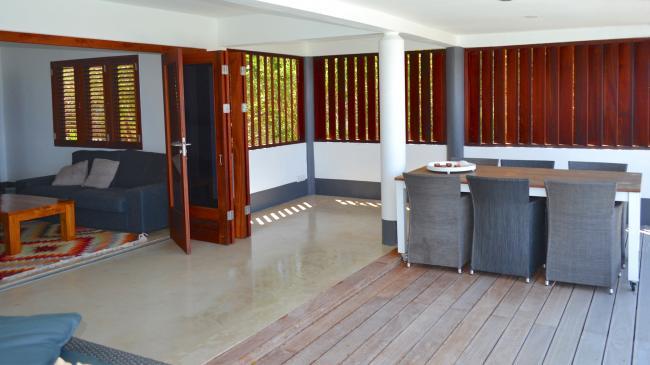 Ruime porch, met zit- en eethoek