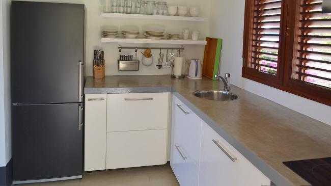 Keuken met grote koelkast, vaatwasser, etc.