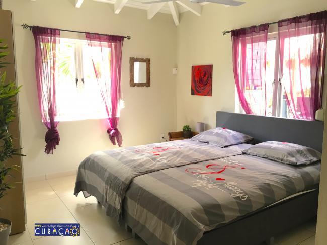 Eén van de drie slaapkamers, allen voorzien van airco