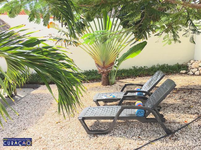 Diverse plekken in de tropische tuin om in de zon of in de schaduw te verblijven