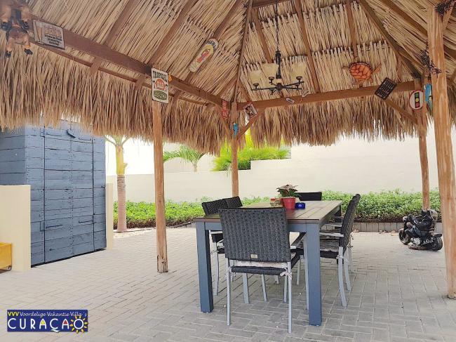 Ruime plaatsen onder de palapa voor etentjes of relaxen