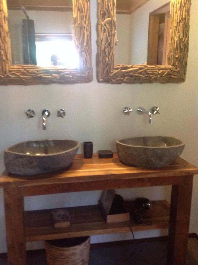 Badkamer volledig ingericht met douche/ toilet en wastafel.