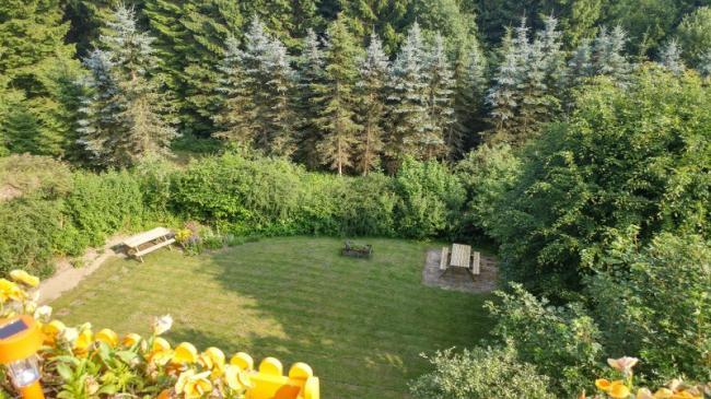 Picknicktafels in de gemeenschappelijke tuin