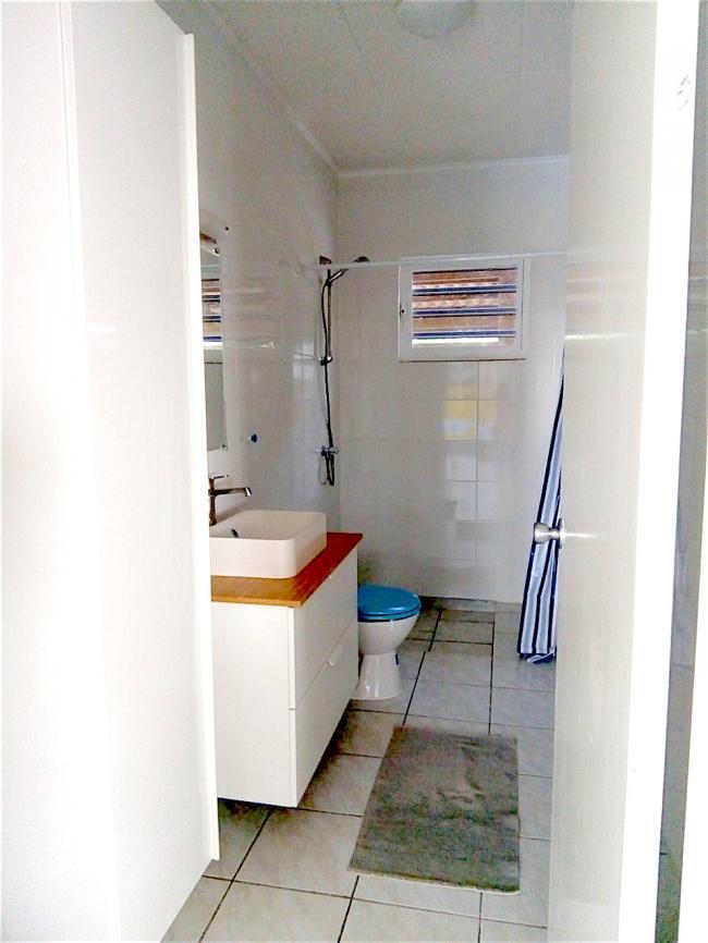 Een blik in één van de twee badkamers