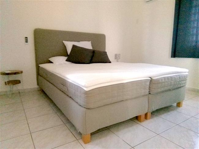 Slaapkamer twee.  Natuurlijk worden de bedden voor uw komst opgemaakt.