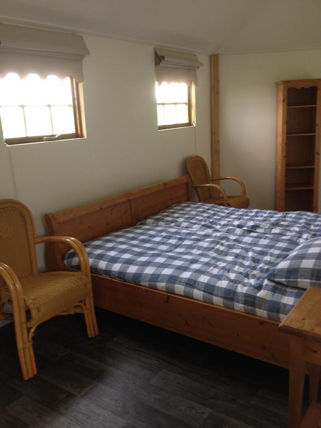 ruime slaapkamer in 2 persoonshuisje op camping Maas en Waal