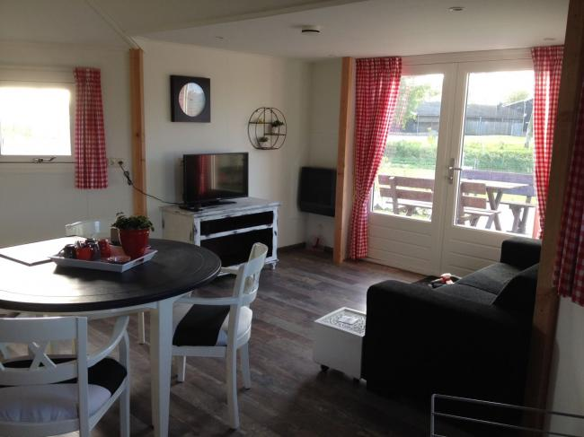 Zithoek met TV en Wifi in huisje op camping Maas en Waal