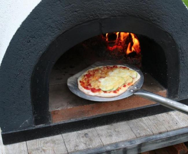 pizza bakken in een steenoven