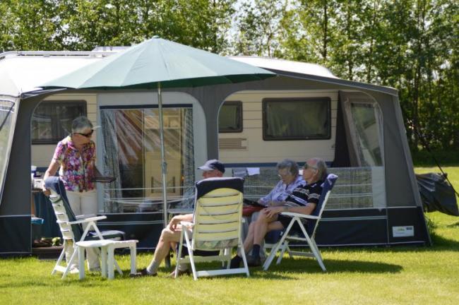 Kamperen per nacht met een tent, caravan of vouwwagen