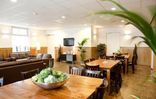 eetkamer in groepsaccommodatie de Heidehof heeft plaats voor 24 personen