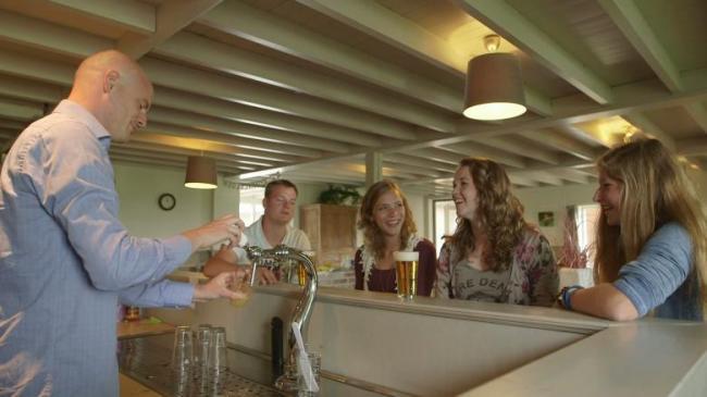 Woonkamer met bar in de Schuurherd bij Landgoed de Biestheuvel