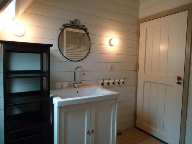 Het Kasteelke, Poortgebouw, badkamer, wastafel