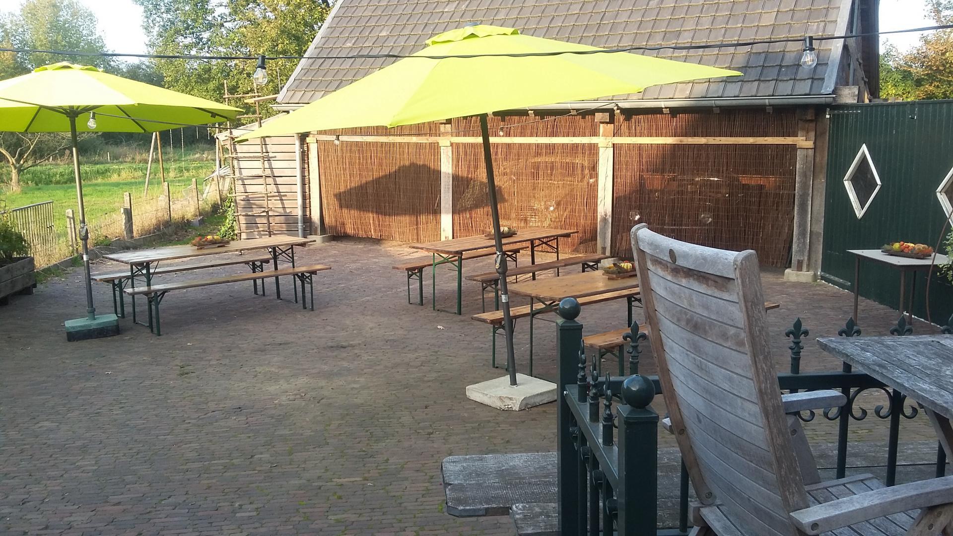 Vakantie Meerlo De Schuur terras achter De Schuur met tuinmeubelen