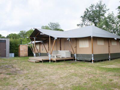 zijkant met privé sanitair - camping De Boshoek 12-persoons safari villa