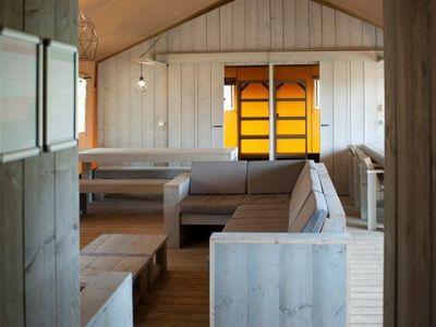 woonkamer - camping De Boshoek 12-persoons safari villa
