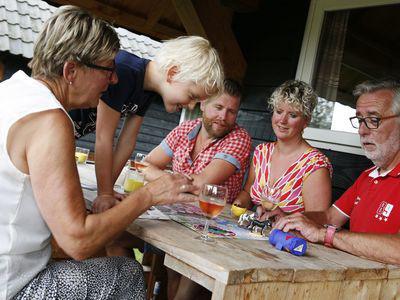 gezellig aan de eettafel -  camping De Boshoek 6-persoons trekkershut