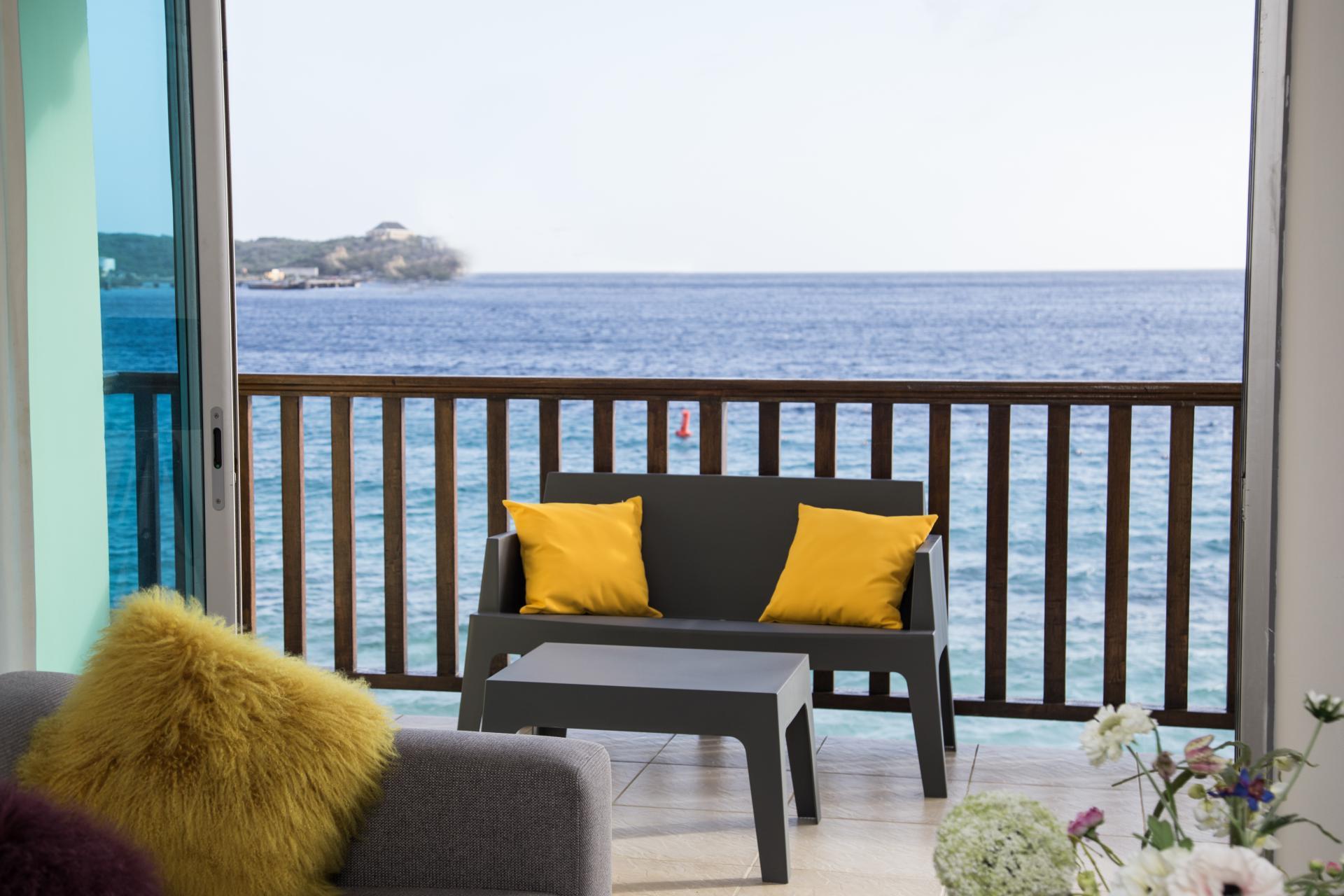 Groot balkon met zeezicht