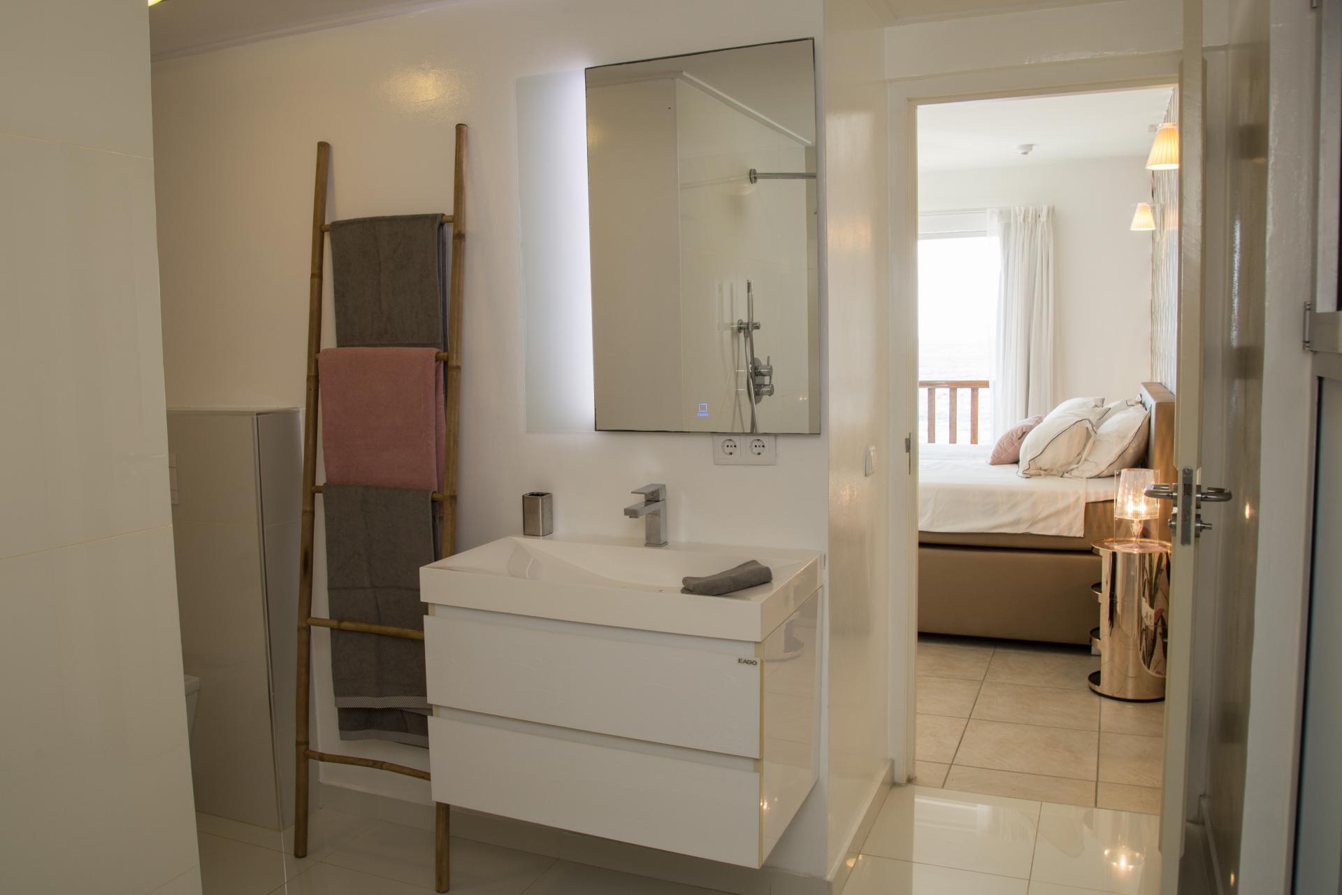 Grote badkamer bij masterbedroom