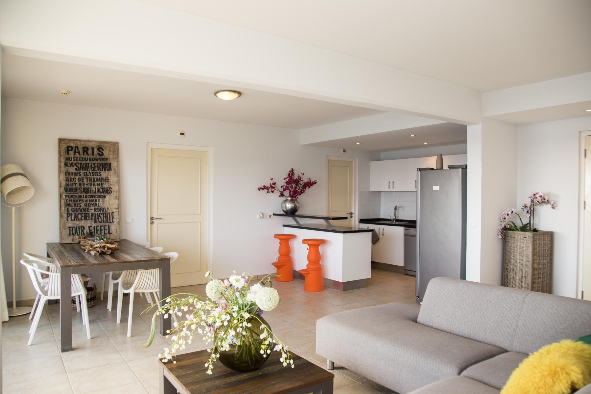 Grote woonkamer met open keuken