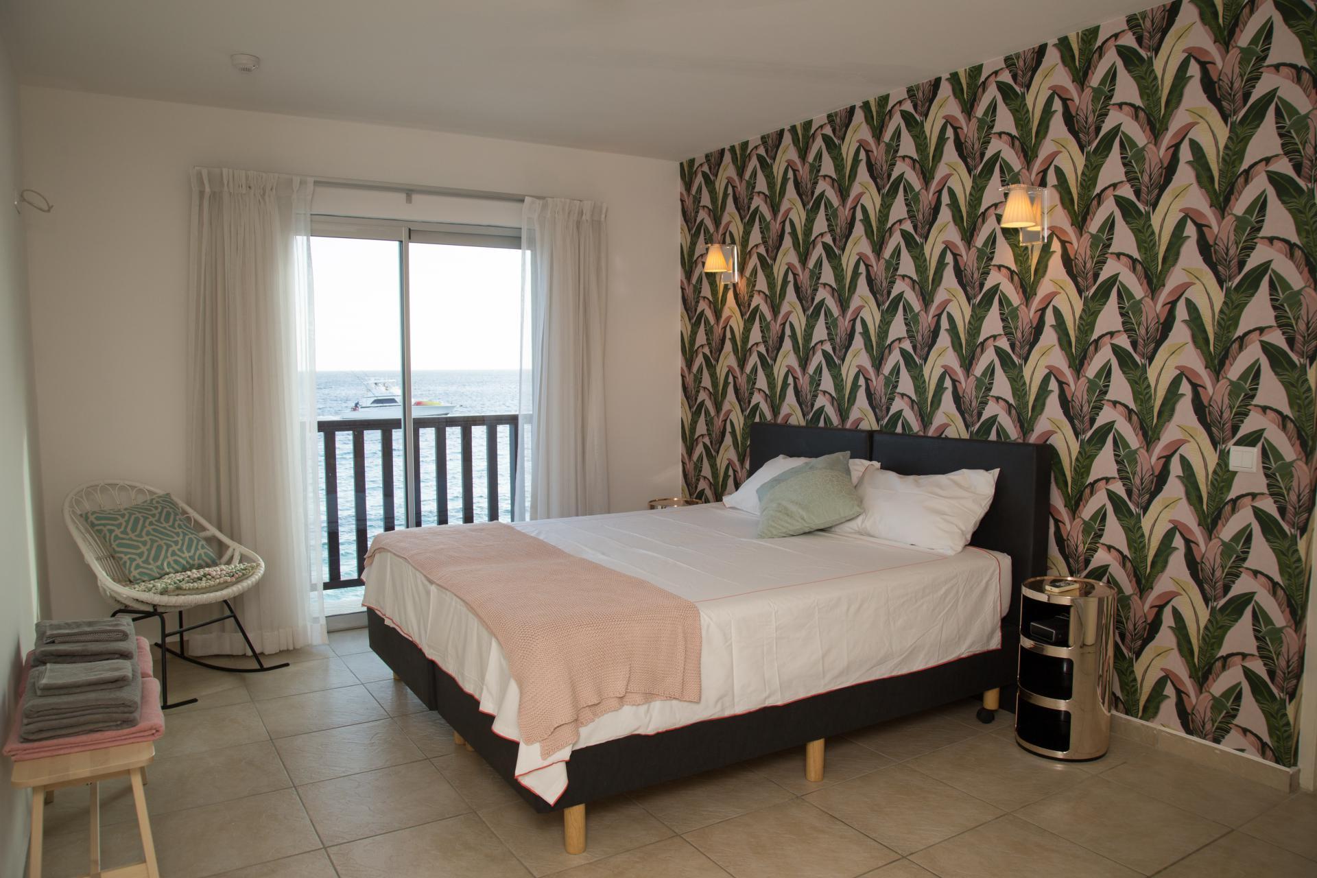 Slaapkamer 2 met ensuite badkamer en zeezicht