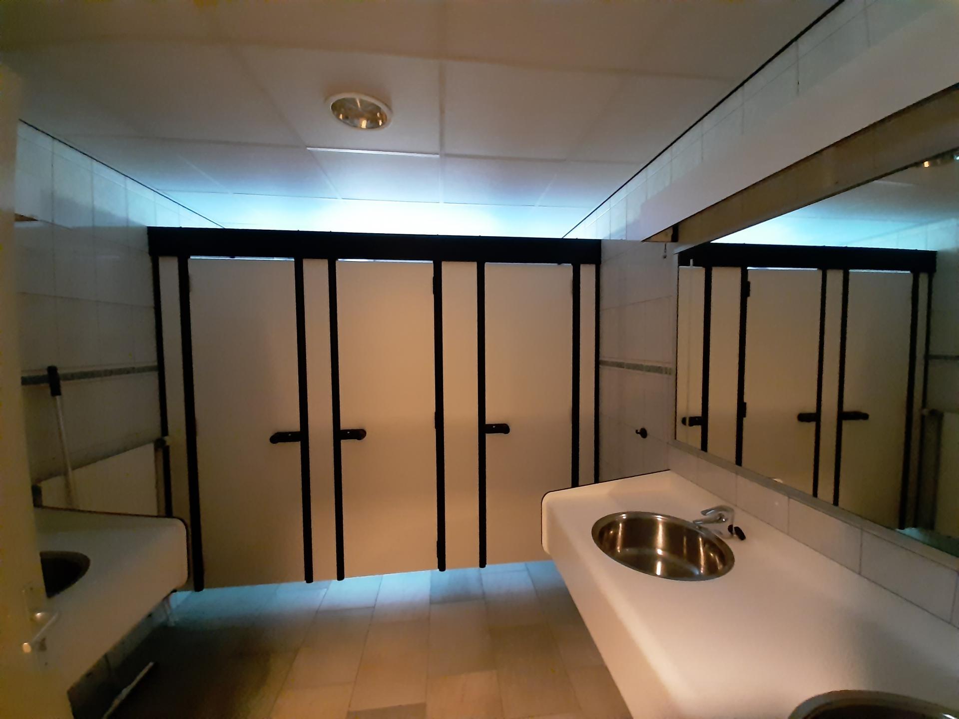 badkamer voor mannen en 1 voor vrouwen
