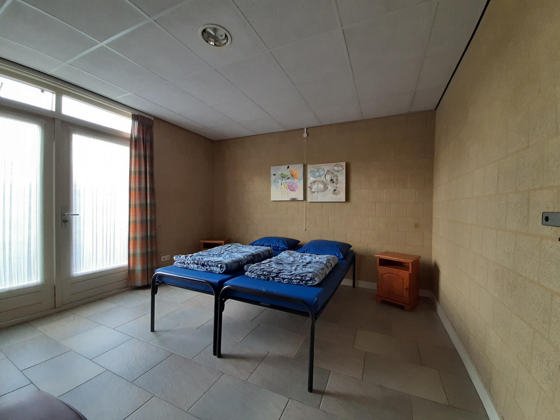 slaapkamer met 2 verhoogde bedden