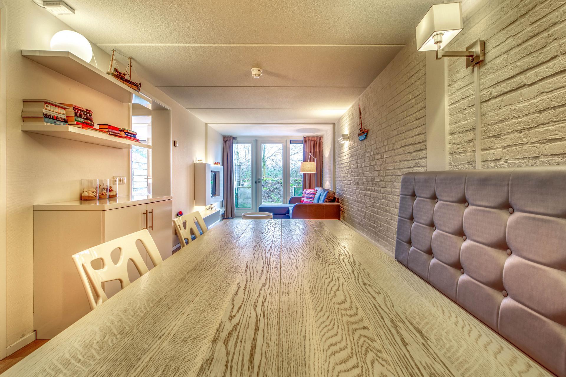 Strand Resort Schier Appartement 5 keukentafel en woonkamer