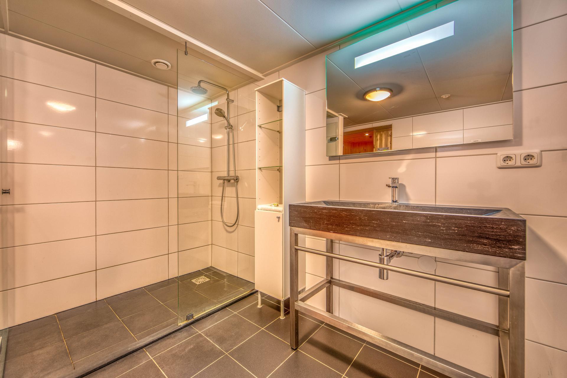 Strand Resort Schier Appartement 10 badkamer met sauna 2